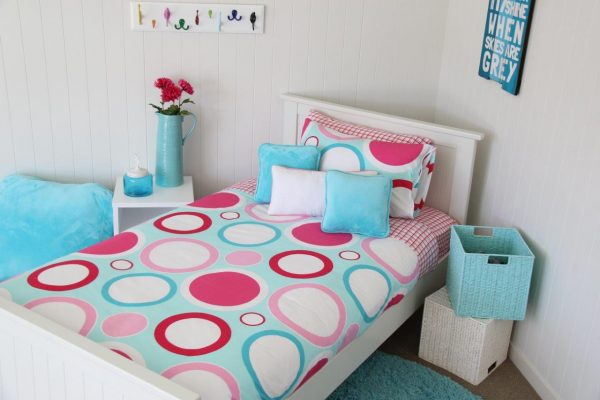 Zoe turqoise, red, pink circle quilt cover